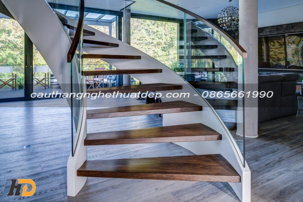 Mặt bậc sử dụng gỗ tần bì, được thiết kế dạng hộp có độ dày 50mm
