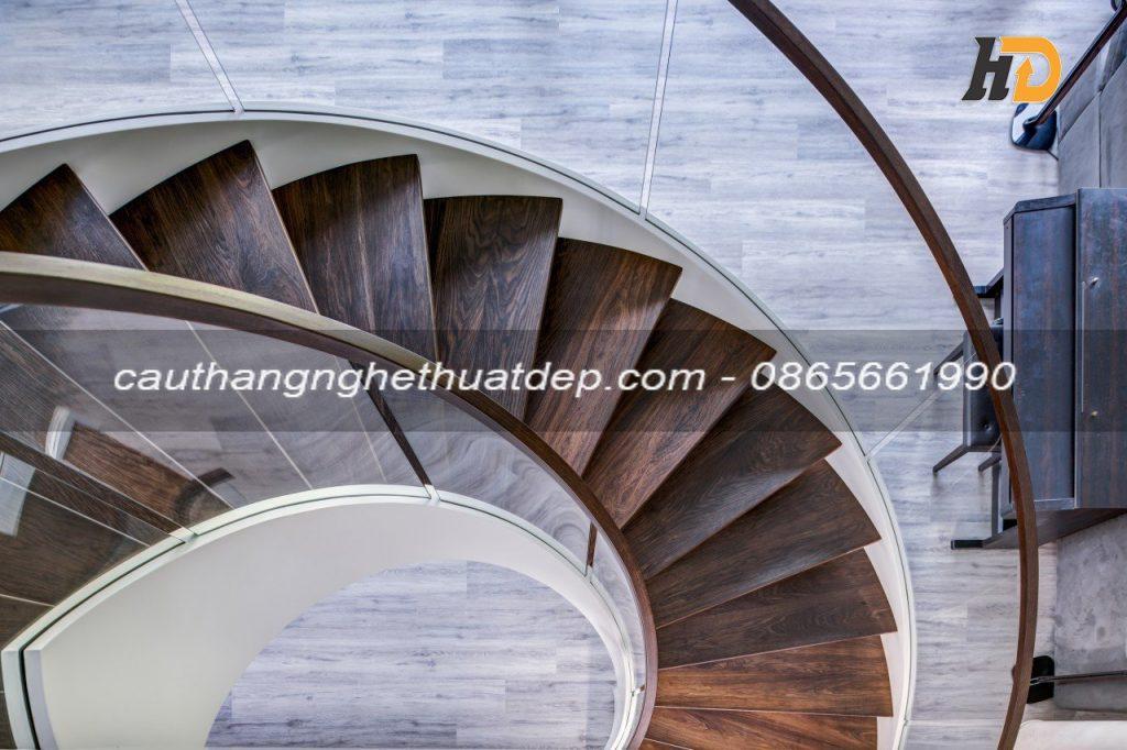 Khung xương cầu thang thiết kế khe hở rộng 20mm - 25mm để thả kính âm sàn