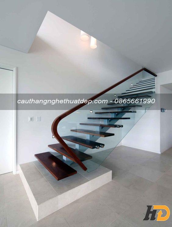 Cầu thang được thiết kế theo chiều dọc, giúp tiết kiệm không gian