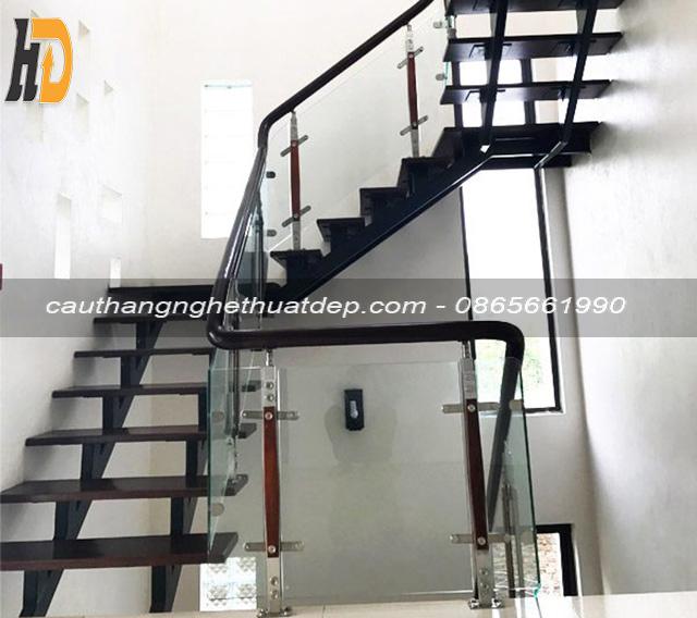 Khung thép nâng bản thang được thiết kế vô cùng kiên cố