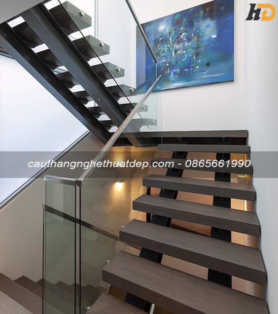 Cầu thang xương cá khung sắt i kép , lan can kính cường lực