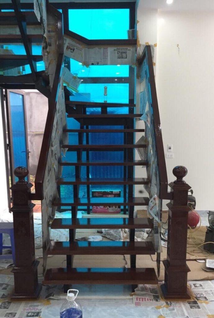 Phun sơn PU cho mặt bậc và tay vịn cầu thang