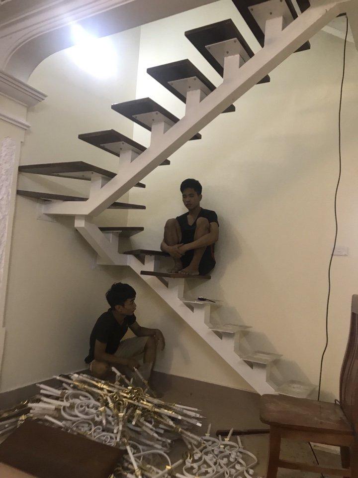Trồng chân tiện sắt mỹ thuật cho lan can cầu thang