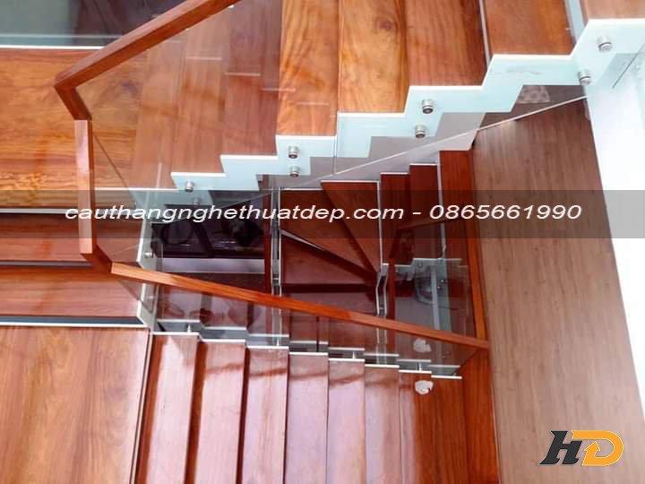 Lan can cầu thang với thiết kế tinh tế nhẹ nhàng, nhưng không làm mất đi vể sang trọng, đẳng cấp