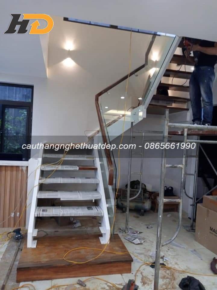 Công đoạn lắp lan can cầu thang