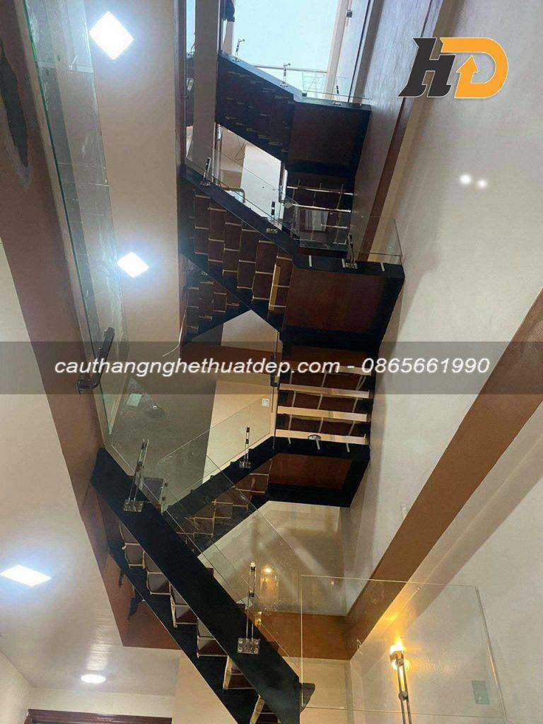 Cầu thang với thiết kế hiện đại, mang đến không gian sang trọng nâng tầm giá trị ngôi nhà