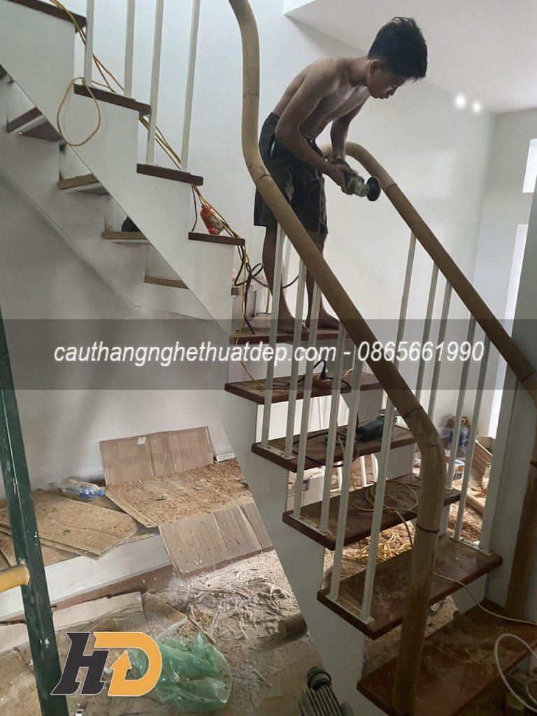 Dựng chân tiện và tay vịn cho lan can cầu thang