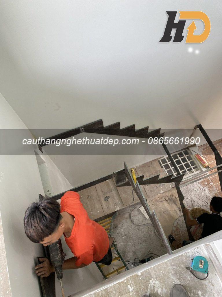 Khung xương sắt cắt hình Zic Zac , được bắt cố định sâu vào tường để giúp cầu thang không bị rung và có tính chịu lực tốt
