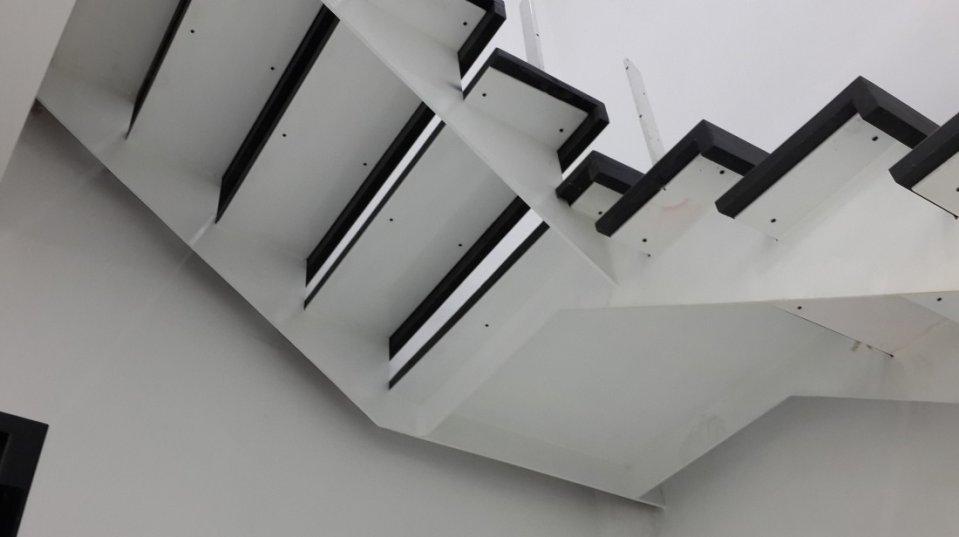 Bản thang sử dụng thép tấm dày 12mm, mặt bích đỡ bậc có độ dày 6mm