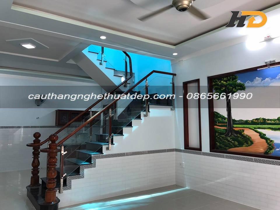 Cầu thang kính có giá thành phải chăng, phù hợp với điều kiện kính tế của mọi nhà