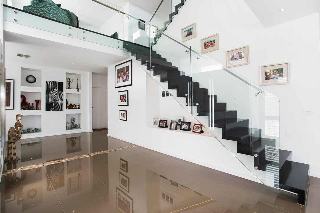Cầu thang kính , chân tiện củ Pad inox đơn giá khoảng 1.400.000vnd – 1.600.000vnd/md