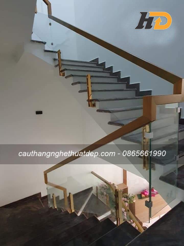 Trụ kép lửng inox mạ, kiểu dáng ốp hông cơi nới không gian cầu thang thêm rộng rãi