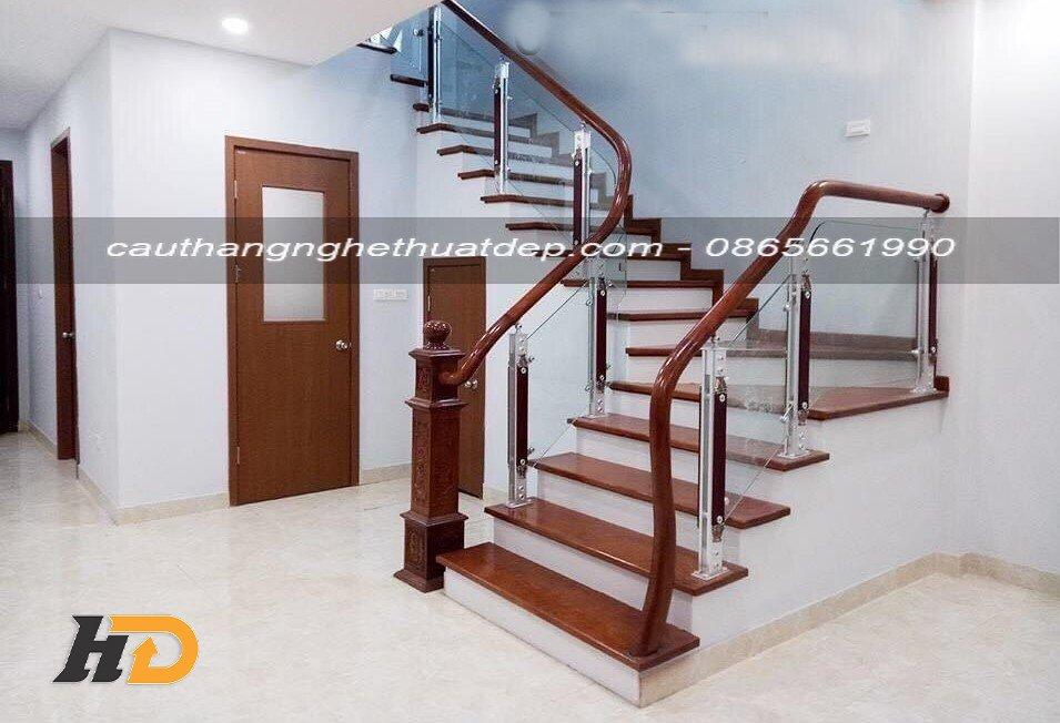 Cầu thang kính chân tiện hợp kim nhôm giá khoảng 1.200.000vnd – 1.400.000vnd/md