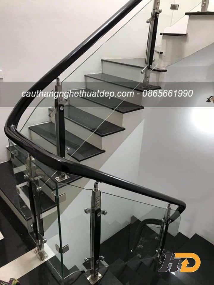 Cầu thang kính chân tiện inox có 2 nẹp gỗ, giá dao động 1.200.000vnd – 1.400.000vnd/md