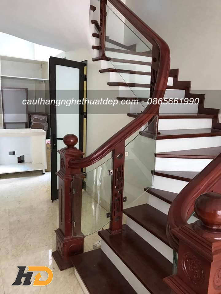 Cầu thang kính chân tiện gỗ CNC nghệ thuật giá hoàn thiện khoảng 1.300.000vnd – 1.500.000vnd/md