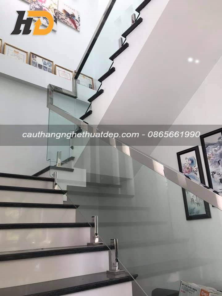 Cầu thang kính chân kẹp ngàm inox ( đơn giá khoảng từ 1.400.000vnd – 1.500.000vnd/md )