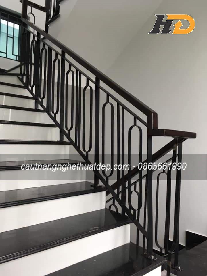 Lan can cầu thang sử dụng sắt tạo hình đơn giản cho không gian nhà phố