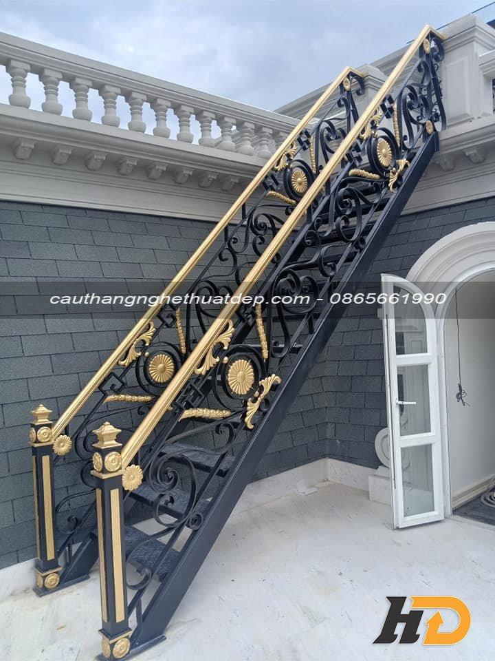 Cầu thang bằng sắt giá thành phù hợp với nhu cầu của mọi gia đình Việt