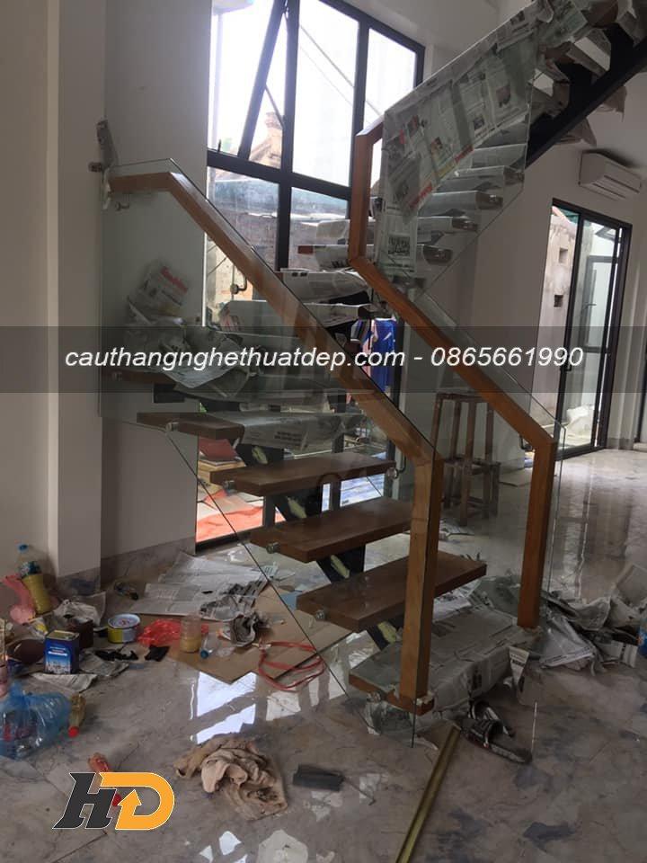 Thi công cầu thang xương cá lan can kính cường lực tại Hà Nội