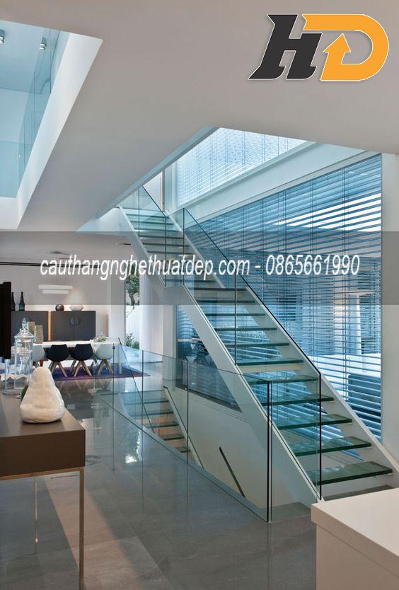 Cầu thang xương cá lan kính cho căn hộ cao cấp