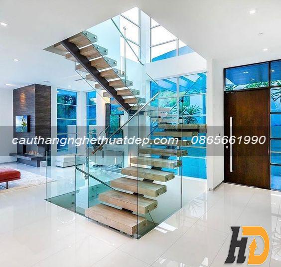 Cầu thang với lan can kính giúp không gian thông thoáng, nhiều ánh sáng, dễ dàng khi di chuyển